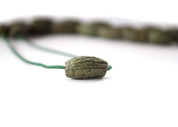 Χειροποίητο κομπολόι από κουκούτσι ελιάς λαδί