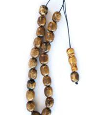 Το συγκεκριμένο κομπολόι αποτελείται από πρεσαριστό κεχριμπάρ και έχει αδιαφανή όψη. Οι χάντρες του έχουν σχήμα βαρελάκι.